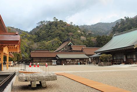 出雲大社-新庁舎改築後、御本殿を仰ぎみる境内風景が復活しました。