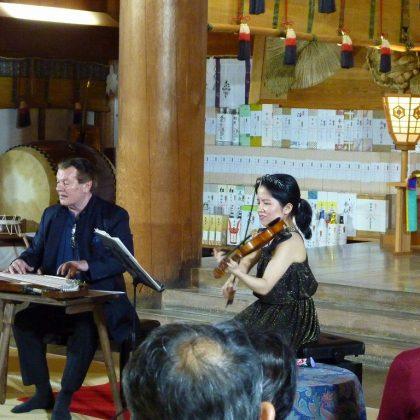 ヴァイオリンとチターの演奏奉納