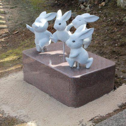 奉納:うさぎ石像
